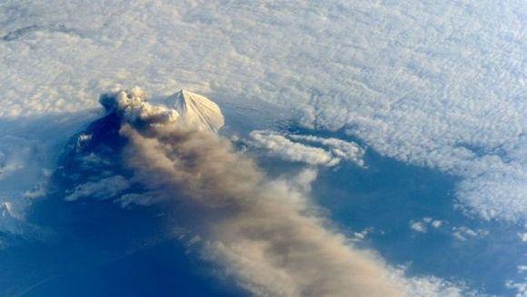 IMAGINI SPECTACULOASE! Cum se vede o eruptie vulcanica din spatiu GALERIE FOTO