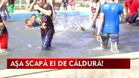 """Tineri cu idei RACORITOARE! Au scapat de caldura la """"Marea balaceala"""" VIDEO"""