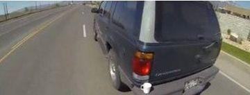 """""""Hei, ai uitat ceva pe masina!"""" Un motociclist s-a angajat intr-o DEPASIRE SPECTACULOASA ca sa-i inapoieze unui sofer o cana VIDEO"""