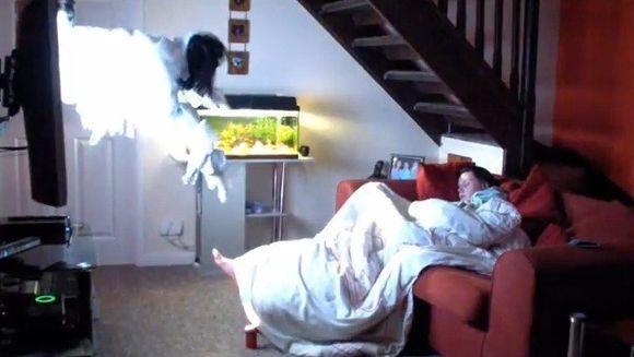 O FARSA HORROR! I-a inghetat sangele in vene cand s-a trezit cu o fantoma deasupra capului VIDEO