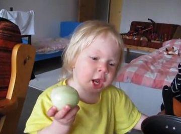 """O sa LACRIMEZI cand afli care este """"fructul"""" mancat cu atata pasiune de micuta din imagine - VIDEO"""