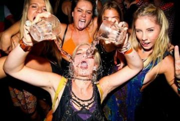 Au CONDIMENTAT distractia! Cum petrec fetele care au BAUT prea mult alcool GALERIE FOTO
