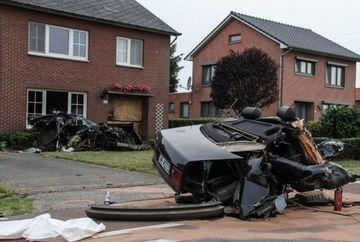 INCREDIBIL! Un sofer a scapat teafar si nevatamat desi masina s-a facut praf in urma unui accident - GALERIE FOTO