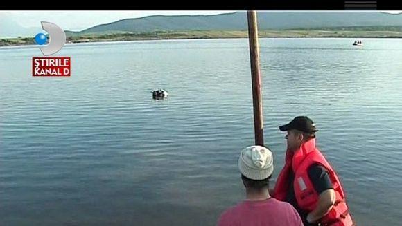 O plimbare pe lac s-a sfarsit TRAGIC pentru un tanar. A murit sub ochii iubitei sale! VIDEO