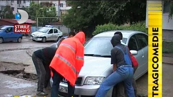 LUCRU DE MANTUIALA! Au ramas cu masinile IN SANT dupa ce asfaltul din parcare s-a surpat VIDEO