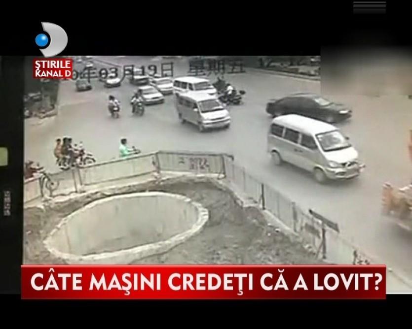 Accident demn de CASCADORII RASULUI. A intrat cu scuterul in aproape toate masinile dintr-o intersectie VIDEO