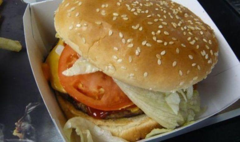 DEZGUSTATOR! A INCREMENIT DE FRICA cand a vazut ce se ascunde in hamburgerul pe care si-l comandase. Acum cere despagubiri de 9 milioane de dolari FOTO
