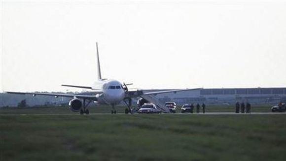 MOTIVUL SOCANT pentru care o pasagera a fost SCOASA CU FORTA din avion VIDEO