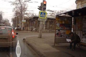 IMAGINI SOCANTE! Un pieton astepta linistit in statia de autobuz cand deodata…VIDEO