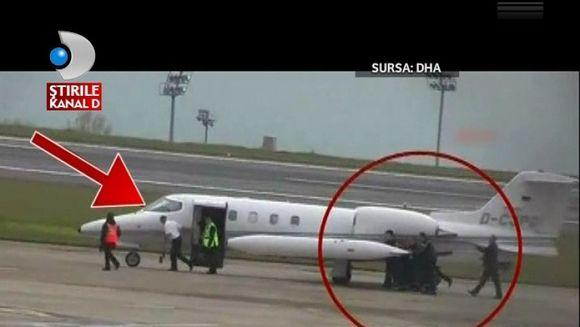 MORI DE RAS! Avion IMPINS PE PISTA de angajati pentru a decola VIDEO