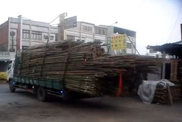 ASA CEVA N-AI MAI VAZUT! Cum descarca marfa un sofer de camion VIDEO