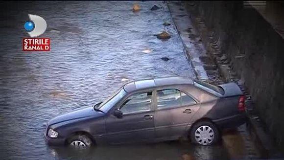A vrut sa opreasca masina intr-o parcare, dar a ajuns direct in rau! Soferita A CONFUNDAT frana cu acceleratia VIDEO