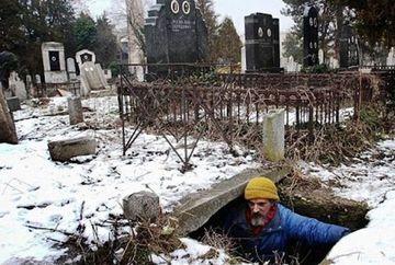 SINISTRU! Locuieste intr-un CAVOU si isi petrece majoritatea timpului in cimitir GALERIE FOTO