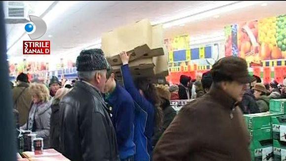 Vanatorii de promotii NU RENUNTA! Sute de clienti s-au imbulzit la deschiderea unui hipermarket VIDEO