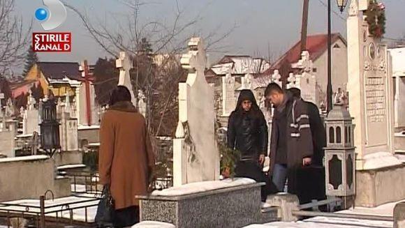 Hotii AU DAT IAMA IN CIMITIRE. Dupa fiecare inmormantare fura coroanele si florile de pe morminte VIDEO