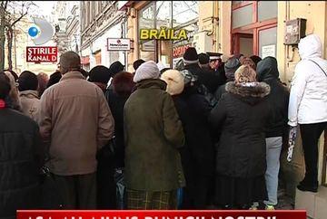 REVOLTATOR! Sute de pensionari au stat in frig pentru un abonament gratuit VIDEO