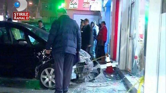 DRAGOSTE CU NABADAI. Un barbat a intrat cu masina in vitrina unui magazin, furios ca sotia nu vorbeste cu el VIDEO