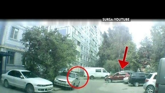 Femeile la volan! Doua prietene incearca sa scoata o masina din parcare. Vezi ce a iesit! VIDEO