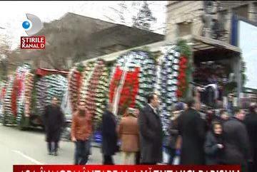 Sicriu Versace, coroane de flori de doi metri si limuzine de sute de mii de euro. Asa a fost condus pe ultimul drum un interlop. VIDEO