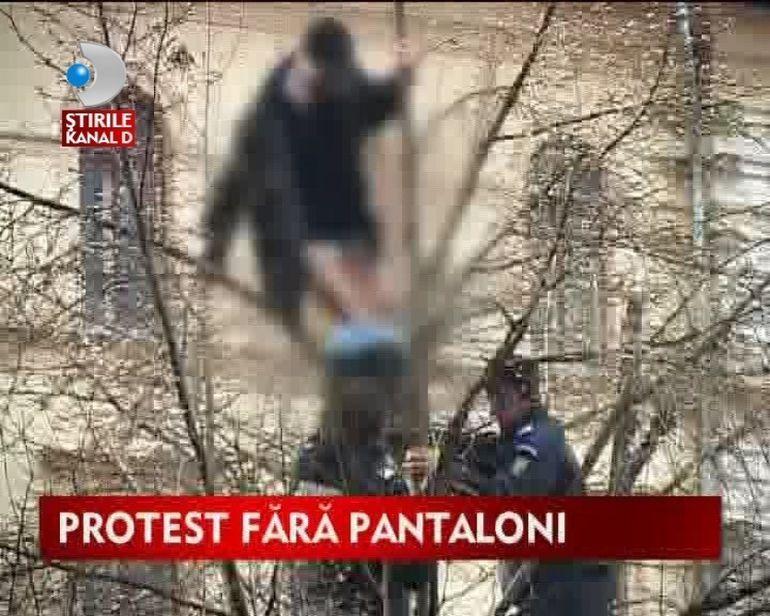 Protest fara pantaloni in fata prefecturii VIDEO FUNNY