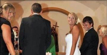 Toti nuntasii au ras in hohote! Un invitat surpriza, cat pe ce sa lase o mireasa fara rochie in timpul cununiei
