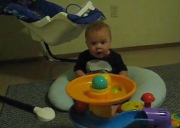 Lesini de ras! Reactia incredibila a unui bebelus la vederea unui joc cu mingi