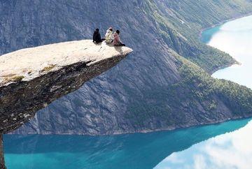 Unul dintre cele mai infricosatoare peisaje din lume: Trolltunga, fotografii pe marginea prapastiei