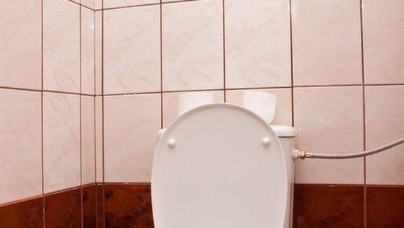 SOCANT. S-a ales cu ARSURI de gradul trei dupa ce a mers la toaleta. Cum fost posibil asa ceva?