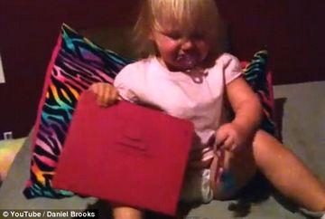 VIDEO DEMENTIAL! Cum reactioneaza o fetita cand i se ia gadget-ul din mana