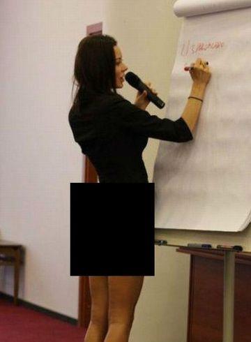 NU O SA CREZI cum a venit imbracata aceasta profesoara la cursuri! NIMENI nu a mai lipsit de la orele ei