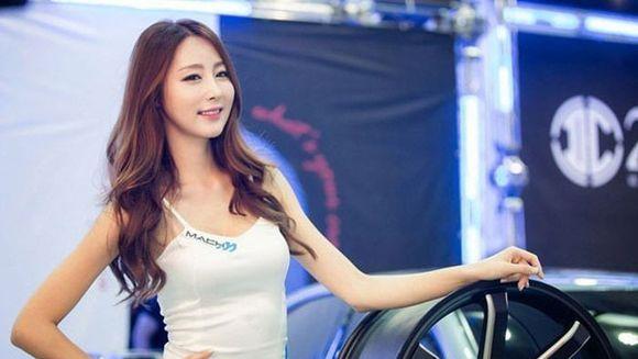 Ele sunt BUNACIUNILE de la Salonul Auto din Seoul. Barbatii nu se mai satura sa le priveasca!