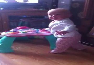 REACTIA UIMITOARE a unui bebelus cand a auzit pe cineva stranutand in preajma lui