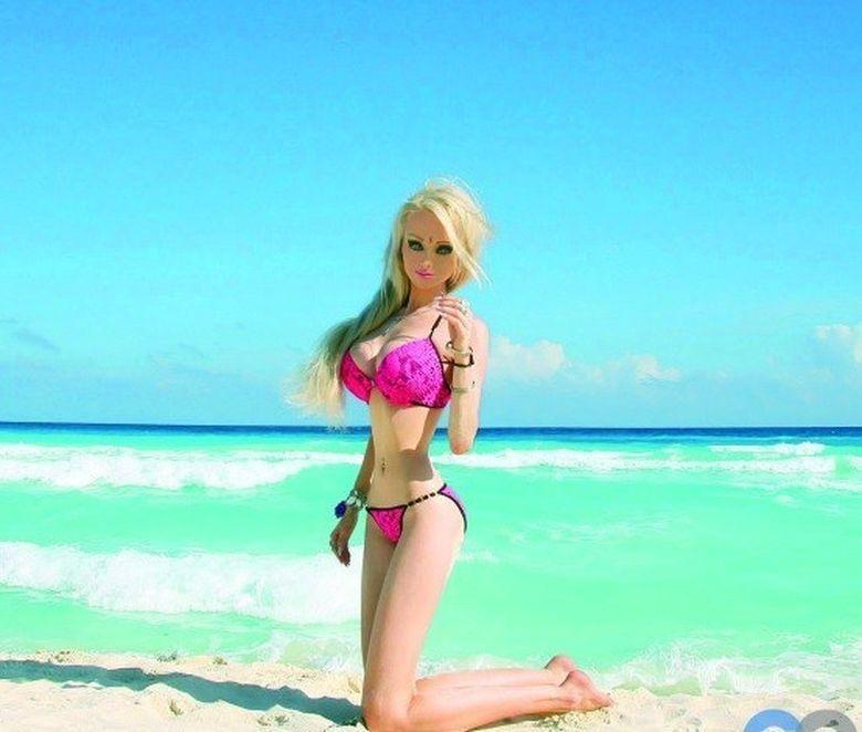 Papusa Barbie UMANA a uimit reporterii cu declaratii socante! Pretinde ca stie motivul pentru care unele femei se nasc urate