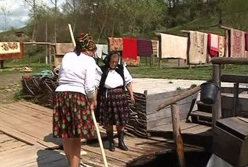 Uite prin ce metoda curata hainele femeile din Maramures!