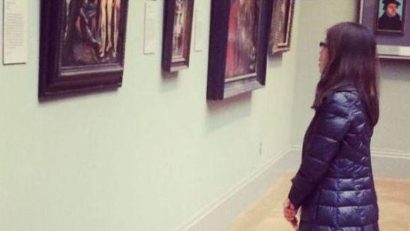 I-a lasat cu gura cascata pe gardieni. Motivul uimitor pentru care aceasta tanara a vizitat o galerie de arta!