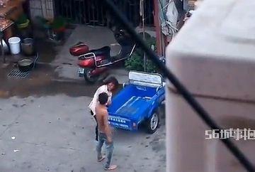 Si-a batut nevasta cu BESTIALITATE in strada, dar a platit scump pentru asta. Vezi ce i s-a intamplat in timp ce-i dadea femeii pumni si picioare!