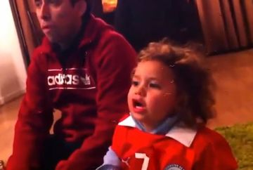 El e cel mai mic suporter al Campionatului Mondial din Brazilia. Vezi cum reactioneaza cand joaca echipa lui favorita!