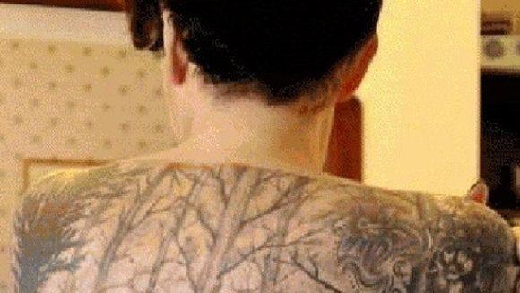 Uite ce a putut sa isi tatueze tipul asta pe spate! Barbatii rad de el, dar femeile il ADORA