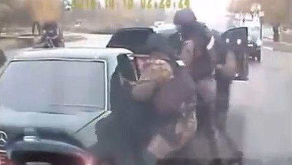 SCENE SOCANTE in trafic! Interlop de temut saltat direct din masina