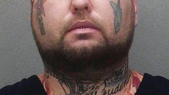 Incredibil ce a putut sa-si tatueze grasul asta puscarias in frunte!