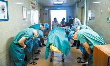 IMAGINEA CUTREMURATOARE care a facut inconjurul lumii! De ce se apleaca acesti doctori la capatul unui baietel de 11 ani