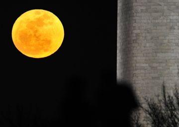 A FOST DESCOPERIT SECRETUL formei de lamaie a Lunii!