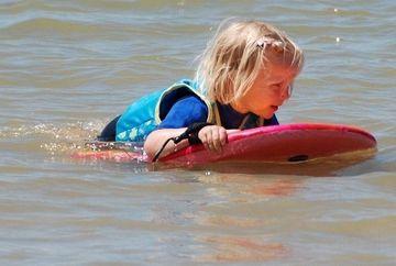 SOCANT. O fetita a adormit pe placa de surf in timp ce se afla la mare. Curentii au dus-o in larg