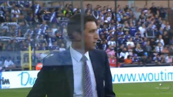 REACTIA NEASTEPTATA a unui manager al unei echipe internationale de fotbal in timpul unui meci. Toti au ras de el!