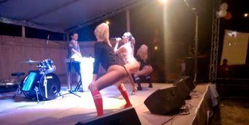 SCENE SOCANTE in timpul unui concert. Au ramas muti de uimire cand au vazut ce fac dansatoarele!