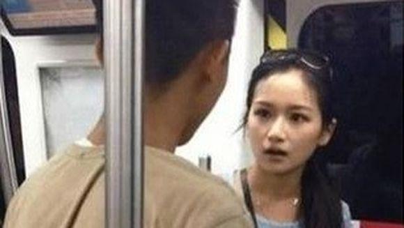SCENE SOCANTE la metrou. Ce i-a facut o tanara logodnicului ei, FURIOASA ca acesta statea numai cu nasul in telefon