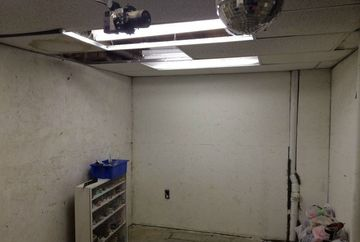 O incapere anosta de subsol, TRANSFORMATA intr-o cabana de vanatoare. Vezi cum a fost posibil acest lucru!