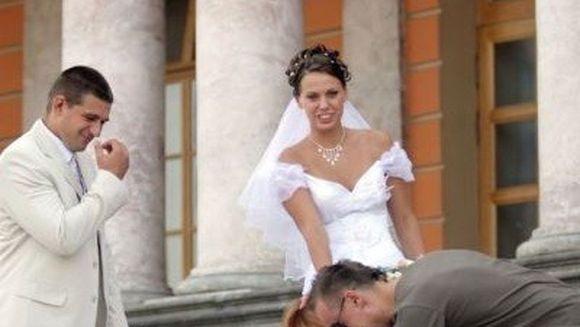 IMAGINI SAVUROASE. Ce face o domnisoara de onoare cand se IMBATA la nunta?