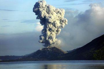 ERUPTIA unui vulcan, surprinsa de un turist. Inregistrarea a devenit virala pe Internet!