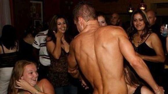 SCENE INCREDIBILE in timpul unui show erotic. REACTIA acestor tinere i-a socat pe toti!